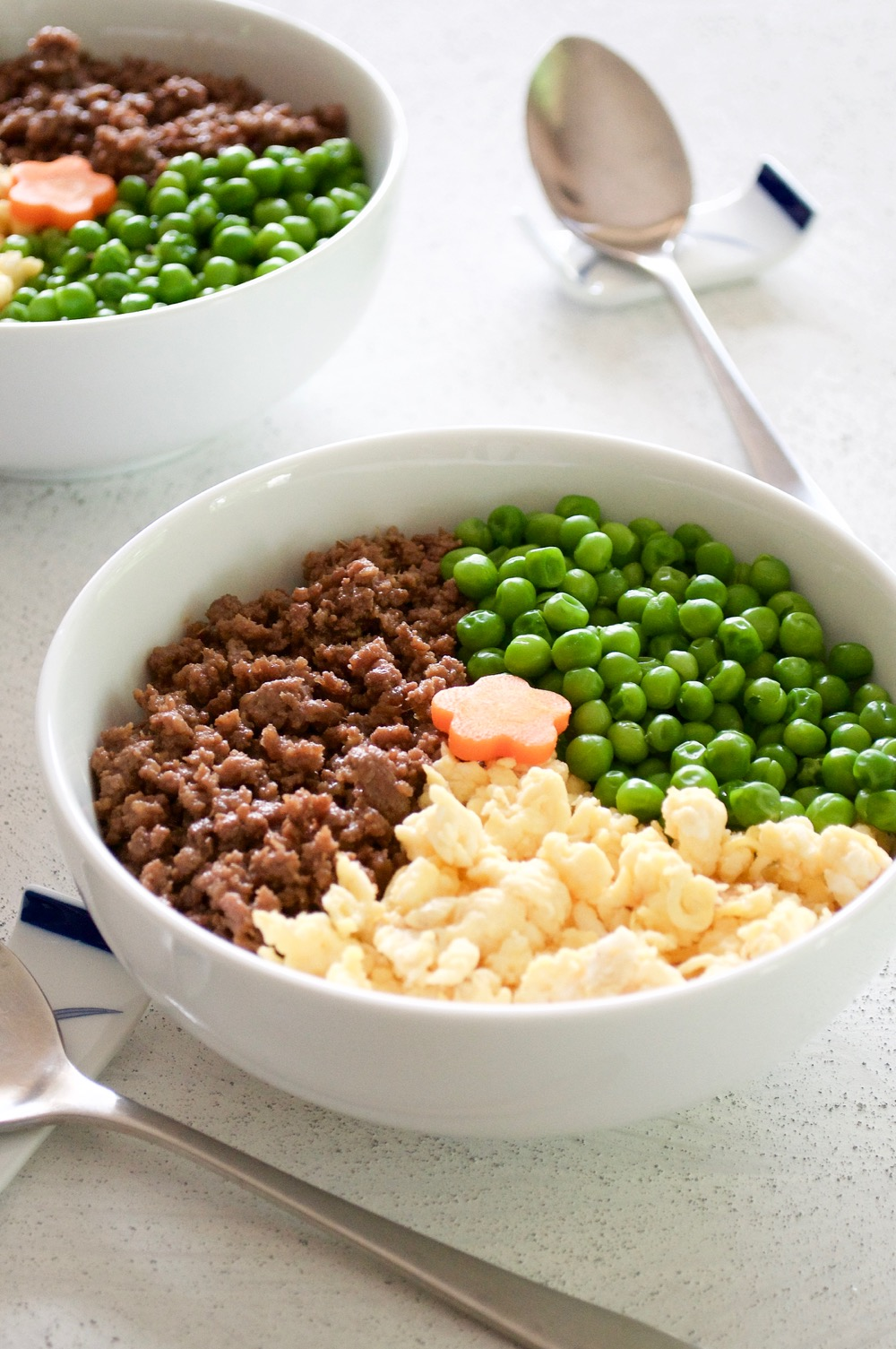Japanese Rice Bowl (Sanshoku Bento) - Lovely looking rice bowl dish with three toppings - egg, beef mince and peas. You can use pork mince or chicken mince if you like and greens can be chopped snow peas or even spinach. Perfect for kid's lunch! https://japan.recipetineats.com