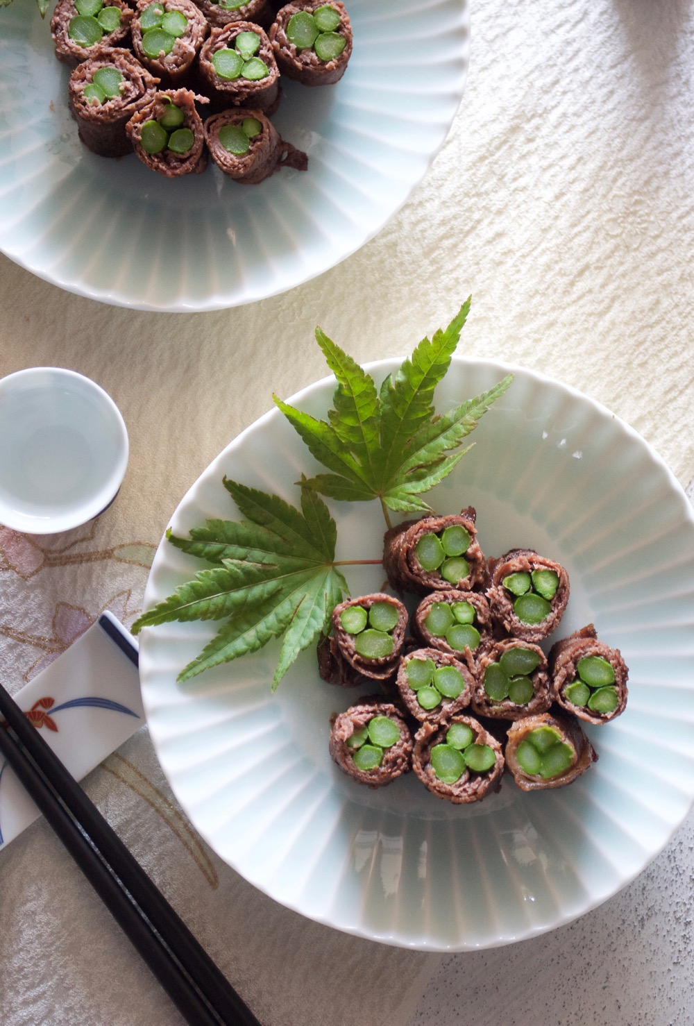 Asparagus is wrapped in thinly sliced beef, then cooked in flavoursome sauce. The sauce of the beef rolls is similar to teriyaki sauce so the flavour is guaranteed. Perfect for appetiser or as party food.
