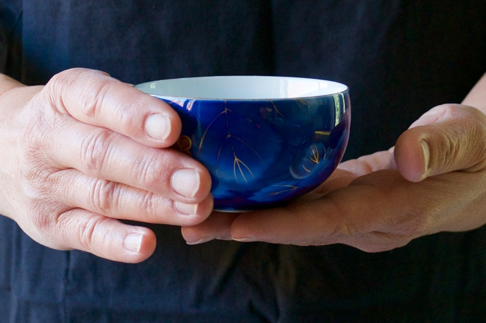 This is how to hold a Japanese tea cup