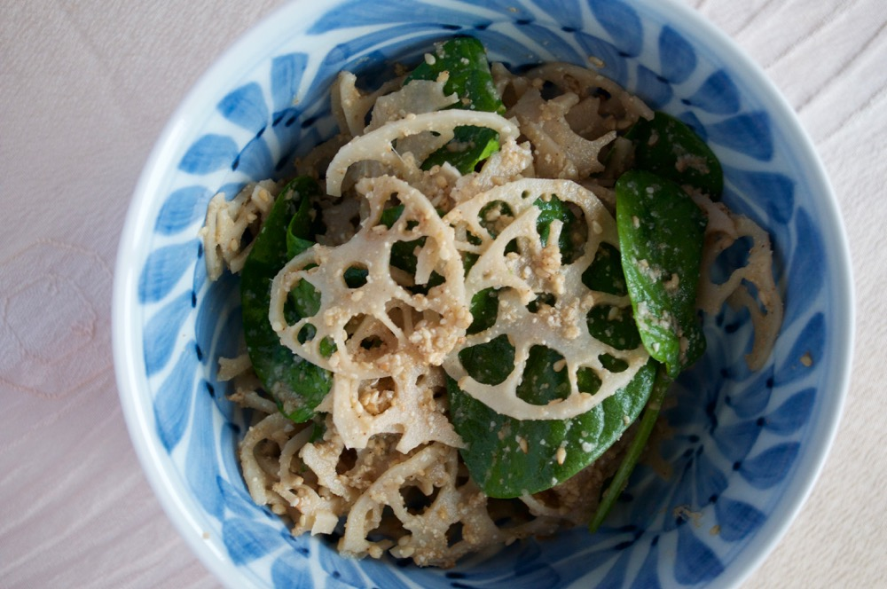 The lovely pattern of sliced lotus root with decorative mizuna leaves makes this salad very attractive. And the sesame sauce dressing makes it a perfect salad. The crunchiness of lotus root, the mild peppery flavour of mizuna, the lovely aroma of sesame…. It is such a simple salad to make but so yummy.