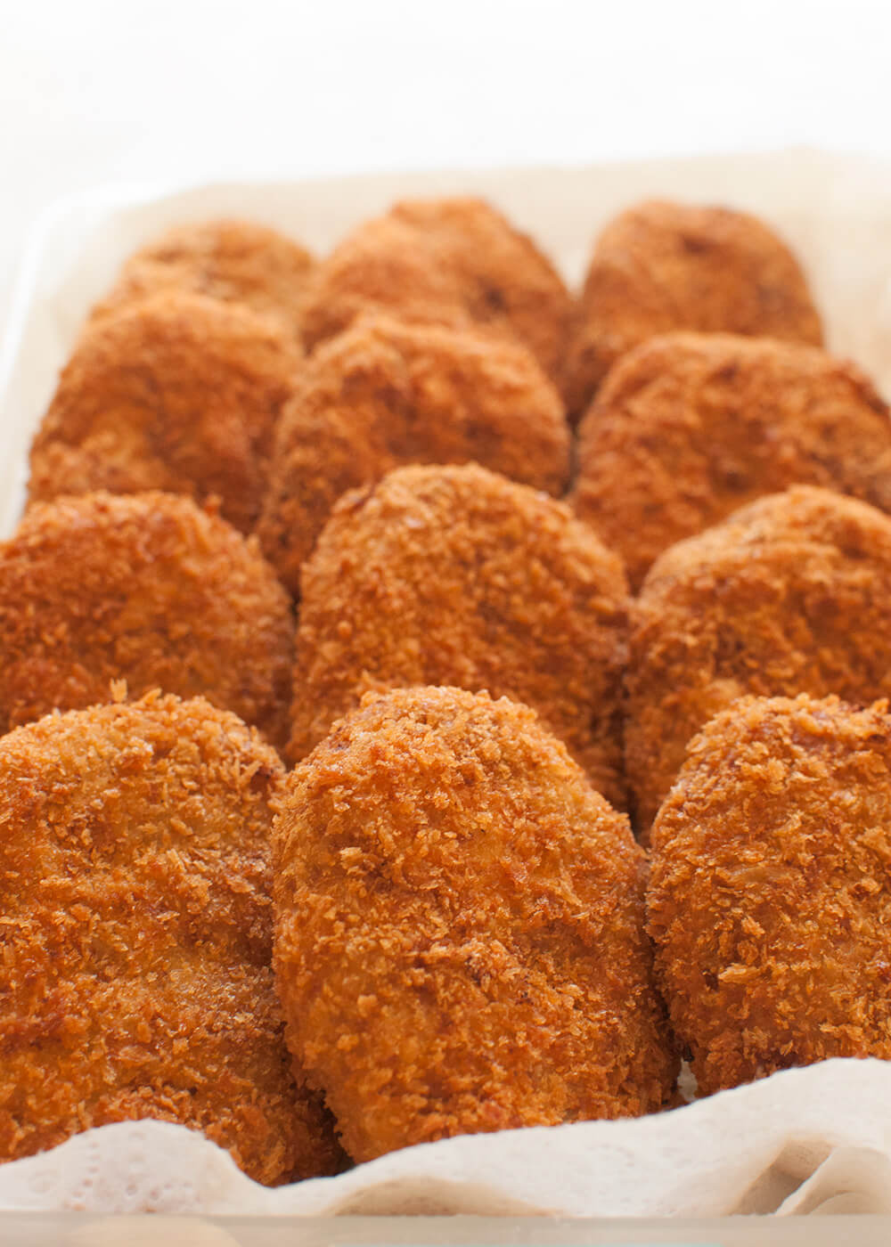 Crunchy outside, fluffy and a little bit sweet inside. Korokke (コロッケ, potato and ground meat croquette) is one of the very popular Japanese home cooking dishes. Have it with tonkatsu sauce (sweet Worcestershire sauce).