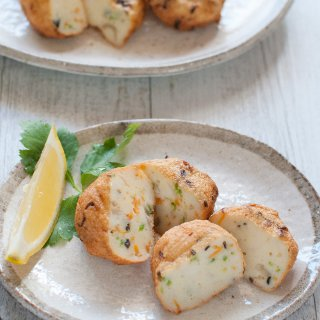 Japanese fish cakes are made in a similar way to Thai fish cakes but the flavourings are less spicy and use common Japanese seasonings. Unlike typical Western-style fish cakes, they do not use flour or mashed potatoes to bind the fish together.