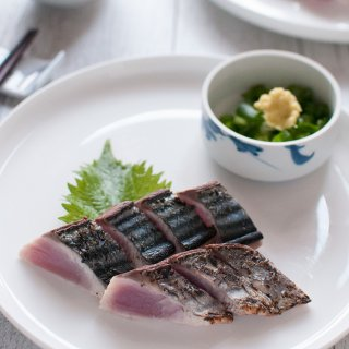 Bonito Tataki (Seared Bonito) is the representative sashimi dish of Kōchi prefecture. When the bonito skin is seared and charred, it gives an appetising aroma to the sashimi. Slice the fillets thicker than usual sashimi slices and eat them with ponzu dressing.