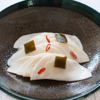 Thinly sliced turnip is marinated in sweet vinegar with konbu and chilli. Crunchy turnip with sweet and sour flavour – it's great with rice and goes well with drinks as nibbles.