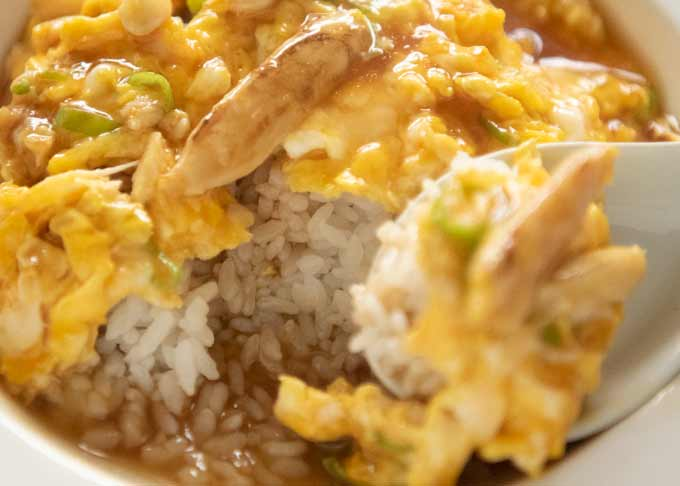 Zoomed-in photo of Tenshinhan showing the rice underneath of the omelette.